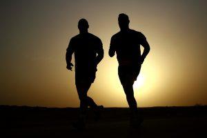 biegnący mężczyźni